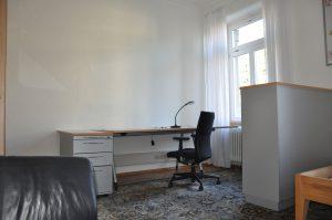 Das Zimmer 5 ist mit modernen Büromöbeln, Designer-Sofa und einem großen Bett ausgestattet.